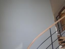 Cage d'escalier kaki clair