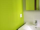 Salle de bain teinte sur mesure en fonction du listel dans faïence